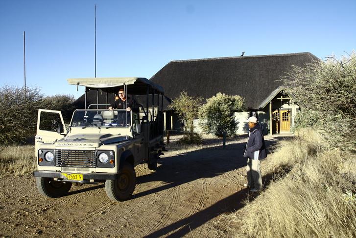 Farmbeli házunk elől indulunk reggelizni a nyitott Landie-vel