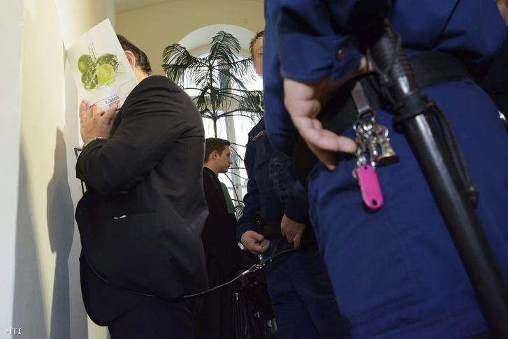 Fegyőrök vezetik elő Vizoviczki Lászlót az ellene és 21 társa ellen hivatali vesztegetés és más bűncselekmények miatt indult büntetőper tárgyalására a Debreceni Törvényszéken 2015. január 14-én.