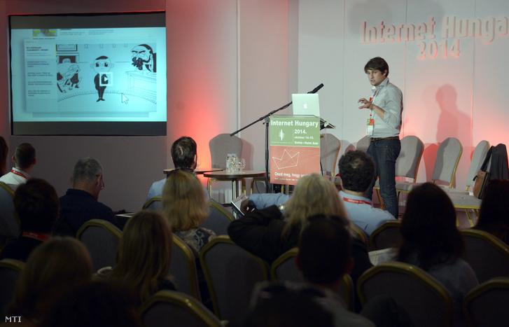 Száraz István, a Vs.hu tulajdonosa tart előadást a 15. Internet Hungary konferencián Siófokon 2014. október 14-én.