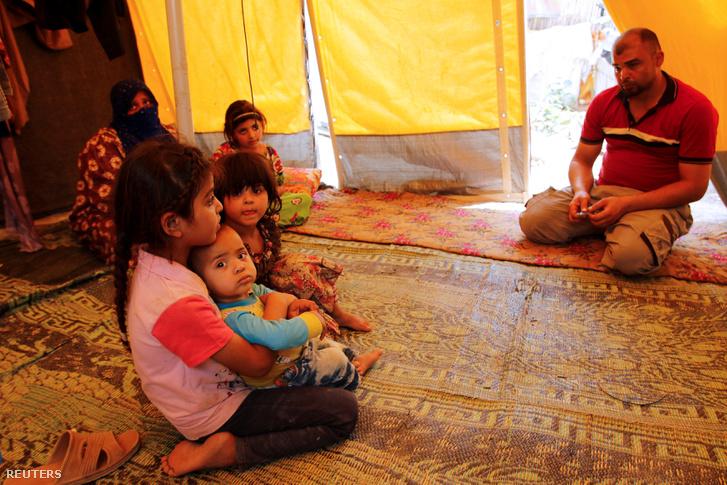 Falludzsából elmenekült család Bagdad közelében