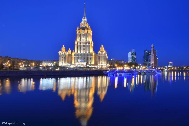 Az 1957-ben átadott, 207 méter magas Ukrajna Szálló, a Hét nővér egyike. A háttérben kortárs moszkvai felhőkarcolók
