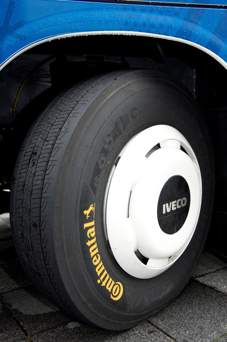Continental EUROS gumik kerültek a buszokra, amelyek oldalfelületén a bajnokságra utaló minták kerültek