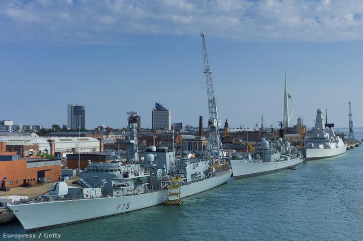 Brit rombolók Portsmouth kikötőjében, elöl a Type 23 osztályú HMS Kent, középen a Type 42-es HMS Edinburg, a háttérben a Type 45-ös HMS Dragon