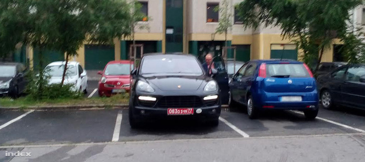 Kiss Szilárd és orosz diplomatarendszámú autója