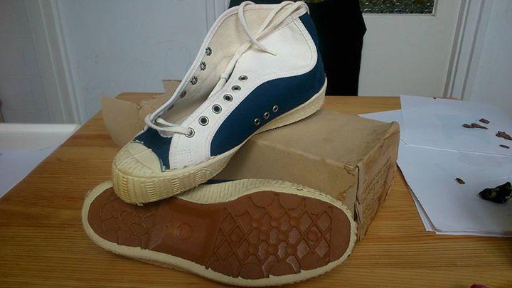 9e69678adf A cipő teljesen új, jár hozzá az eredeti doboza is, amiről kiderül, hogy ez  egy