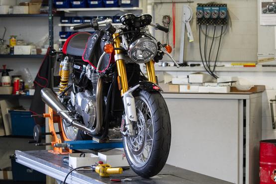 Az LSL műhelyében éppen egy Triumph Thruxton R-en dolgoztak