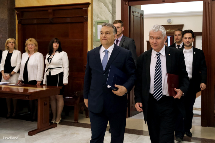 Orbán Viktor és Polt Péter érkeznek az ügyészség termébe