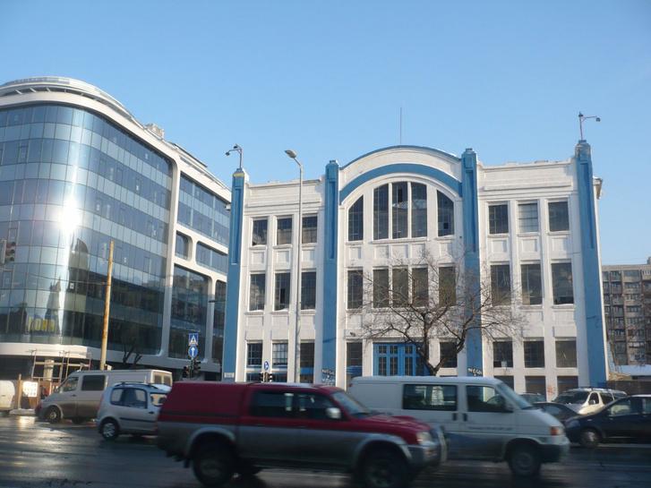 A Felvonógyár épülete, mellette a frissen átadott DC Offices 2009-ben