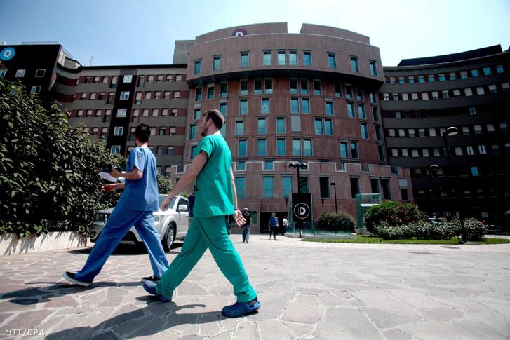 Egészségügyi alkalmazottak a milánói San Raffaele kórház épülete elõtt 2016. június 7-én. Silvio Berlusconi volt olasz kormányfőt szívelégtelenség miatt a kórházba szállították.
