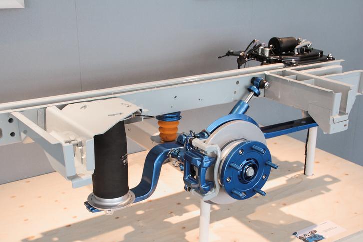A légrugós hátsó futómű több előnnyel is jár: nagy terhelésnél sem ül össze, kanyarban pedig csökkenti az oldaldőlést