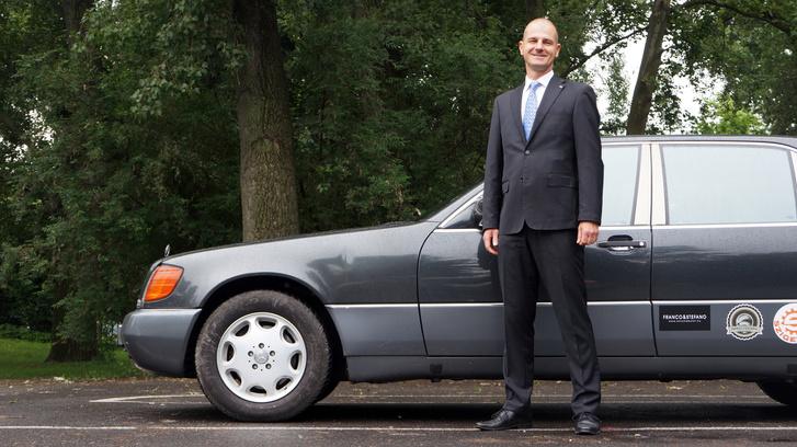 Lajos profi közgazdász, nem autószerelő. Józan ember, nem dumálja szét az ember agyát és pontosan tudja, mit akar és miből