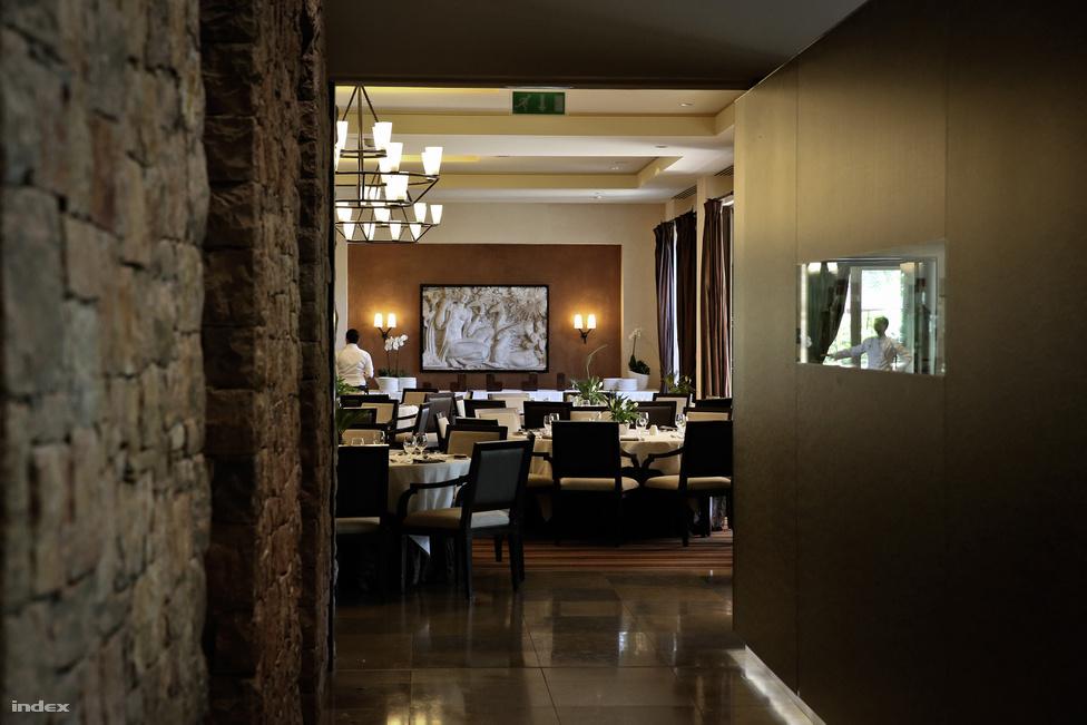 A magyar csapat körülbelül a szálloda területének 30 százalékát használja ki, külön konferenciatermeket is kapnak, az étkezéseik is a többi szállóvendégtől elkülönülve lesz, de ez valamikor csak annyit tesz, hogy lezárnak nekik egy teraszrészt.