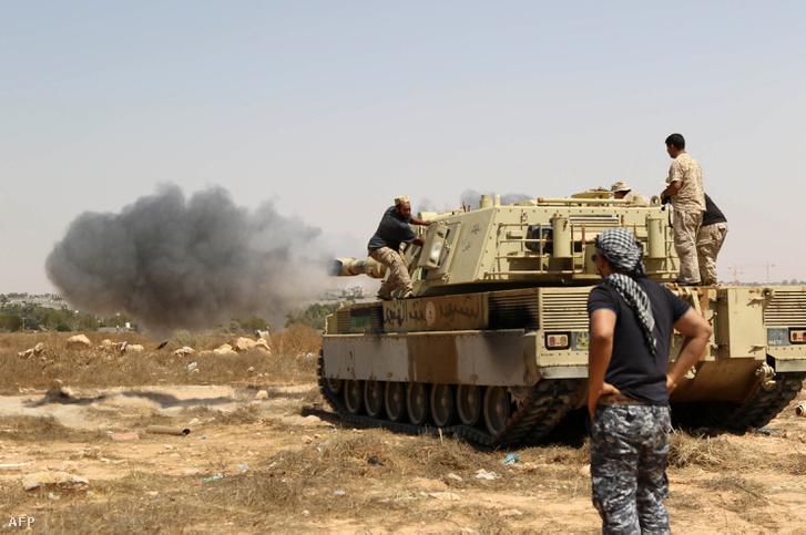 AZ ENSZ által támogatott, a líbiai egységkormányhoz hű katonák Szirt központjában, 2016. június 10-én.