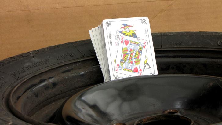 Egy pakli kártya kell csak a trükkhöz - vagy egy pár darab megfelelő méretű kartonlap esetleg műanyag vagy fémlemez