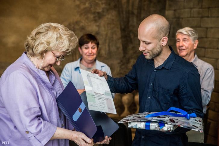 Mohai Balázs átveszi a díjat Lajos Maritól