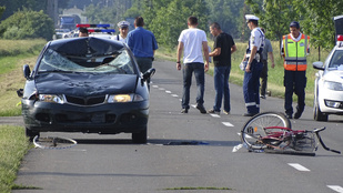 Bicikliző anyát és lányát gázolta el egy autó Mezőhegyesnél