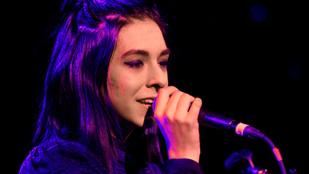 Egy őrült rajongó ölhette meg a Voice énekesnőjét