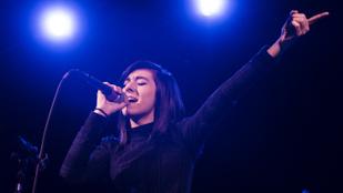Öleléssel fogadta gyilkosát a Voice énekesnője