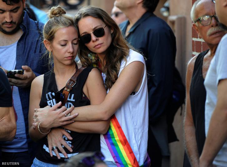 Két nő a Manhattanban tartott megemlékezésen