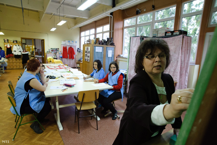Kilencedik osztályos tanulók Salgótarjánban a Borbély Lajos Szakközépiskola Szakiskola és Kollégium női szabó szakképzésén 2012. november 27-én.