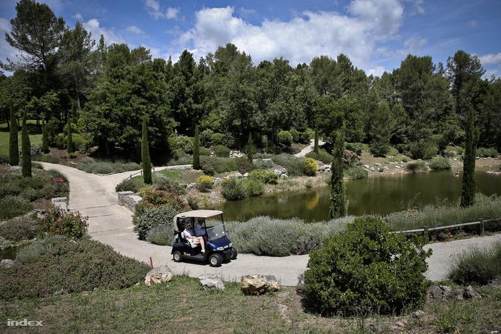 Hopp szerint a háttért biztosító provance-i táj, az évi 300 napos napsütés is hozzájárul, hogy megteremtse a tökéletes nyugalmat, a két kiépített golfpályáról pedig azt tartja, hogy úgy néznek ki, mintha mindig is ott lettek volna.