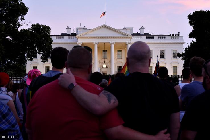 Gyászoló tömeg a Fehér Ház előtt.