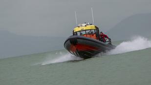 Alig három perc alatt száguldja át a Balatont Rupert, a mentőhajó