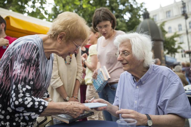 Esterházy Péter Kossuth-díjas író dedikál a 87. Ünnepi Könyvhét és 15. Gyermekkönyvnapok nyitónapján a Vörösmarty téren Budapesten 2016. június 9-én.