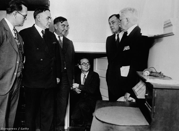 A kép közepén a szemüveges férfi Otto Sanhuber, a szerető, aki éppen mutatja a hatóságoknak az ajtót, ami titkos rejtekhelyéhez vezetett