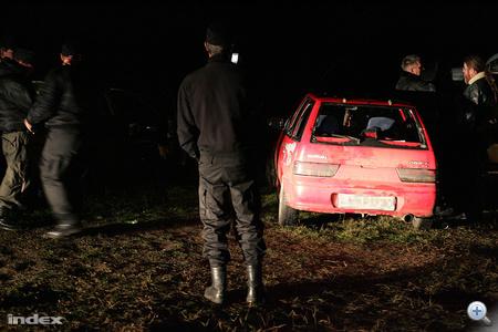 """A helyi lakos szerint azonban a gárdisták néhány autóval felvonulva provokáltak a cigánysoron. Állítólag egy 16 éves fiút megpróbáltak elütni, aki meg is sérült, """"most is húzza a lábát."""" Ezek után fordultak a romák az autósok ellen."""