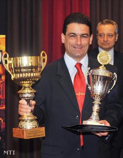 Arany Tamás a 2007/2008-as szezon legjobb játékvezetőnek járó díjjal