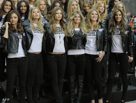 Heidi Klum (jobbról a második) és a Victoria's Secret modelljei