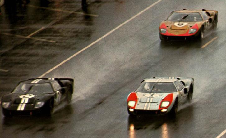 Két Shelby-féle autó az élen. Elszámították a színjátékot, ezért Bruce McLaren lett az első