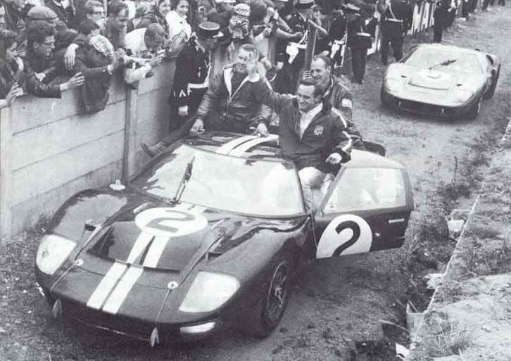 Bruce McLaren és Chris Amon a nagy diadal után
