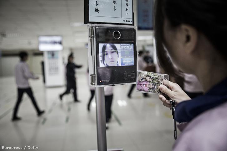 Arcfelismerő beléptetőrendszer az Apple-termékeket előállító Pegatron shanghai-i gyárában, 2016. április 15-én.
