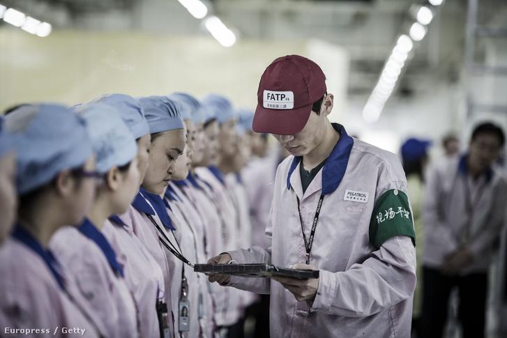 Dolgozók az Apple-termékeket előállító shanghai-i Pegatron gyárban, 2016. április 15-én.