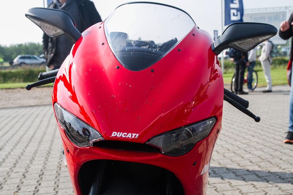 Ha van Ducati, amitől libabőrös lesz a karom, és fuldoklással járó birtoklási vágy tör rám, az a Desmosedici RR. Igazi MotoGP replika, 2007. októbere és 2008. decembere között gyártották, mindössze 1500 készült belőle, és azokat is villámgyorsan elkapkodták a rajongók. 2006-tól lehetett leadni rendelést, első körben a Ducati 999R tulajdonosok igényelhettek, és csak utána bárki más. Máig nem nagyon készült ilyen szintű versenytechnika utcára - talán csak a Honda RC213V-S.                         Teljesítménye 197 lóerő, amit 13800-as fordulatnál ad le a 989 köbcentis, desmo V4. Elöl külső tartályos Öhlins villát kapott, amit csak most, közel tíz évvel később mertek bevállalni utcai széria motorokon a gyártók - először az RC213V-S-szel Honda, aztán a Kawasaki az új ZX-10R-rel és nemsokára jön a Suzuki az új GSX-R1000-rel.                         A Desmosedici csodálatos darab, a hangja vérmes, semmihez sem hasonlítható, egyszerűen olyan jelenléte van, amivel korábban még nem találkoztam. Minden millimétere zseniális, kedvenceim az utasülés helyén meredező kipufogóvégek.                         Amikor az asseni pálya felé ez előzött meg minket az autópályán, tudtam, jó helyre megyünk.