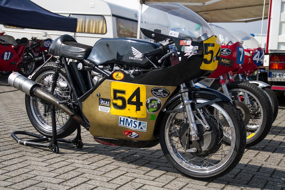 Egy Drixton Honda! A svájci Marly Drixl építette ezeket a vázakat a hatvanas évek végén, és a maga korában a legjobbnak számítottak. Ebbe építették be az 1971-es Honda CB500 blokkot - szerették, mert az alapból 44 lóerős, pörgős blokk tartósnak és jól tuningolhatónak bizonyult.