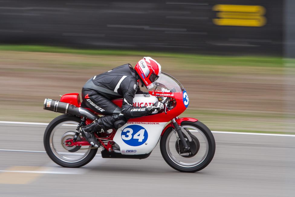 A CMRCH Classic kategória a legkésőbb hetvenes években gyártott, 125-től 500 köbcentis versenygépeknek szólt, és az egyik legszebb ez az 1970-es Ducati 350 RS volt. A maga idejében villámgyorsnak számított, és ma sem kell szégyenkeznie egy 350-esnek a közel 180 km/h-s végsebességel, kinyitott kipufogóval a 450-eseket is verni tudta.
