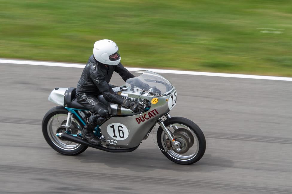 Ő itt Paul Smart, és amin ül, az az a Ducati 750 Imola versenymotor, amivel 1972-ben megnyerte az Imola 200-at. Igen, ez ihlette a Sport Classicot, és ezen maga Paul Smart ül, és rajzolta az íveket! KÉT GIGA LEGENDA!!! EL SEM HISZEM!!!