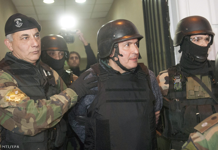 A pénzmosás gyanújával õrizetbe vett José López egykori argentin államtitkár (b)