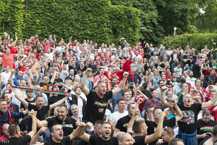 Szurkolók ünneplik a magyar csapat elsõ gólját Nyíregyháza belvárosában