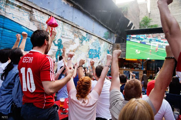 Így ünnepelték a magyar csapat első gólját Budapesten