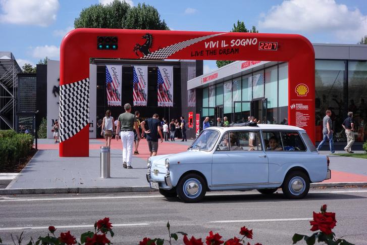 A Ferrari-múzeum előtt