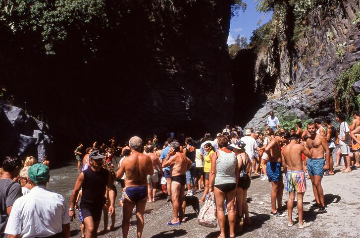 A Gole Alcantarába hatoláshoz készülő tömeg