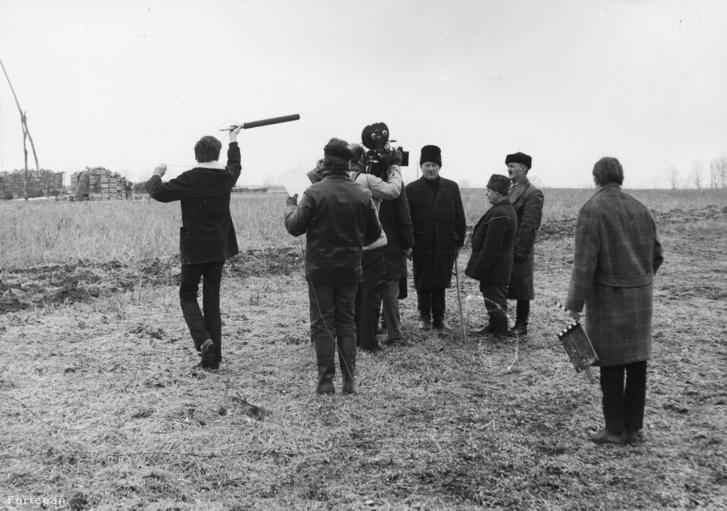 az 1945 március 27-i első földosztás helyszíne. Az ezeréves per című riport dokumentumfilmet forgatja az MTV stábja.