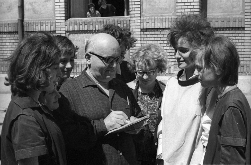 A történet Sárszegen játszódik, de a rendezőnek annyira meghatározó volt a Baján töltött gyerekkora, ahol ezeket a regényeket először olvasta, hogy oda helyezte át a kisvárosi történeteit. Előző filmjét, a Pacsirtát is Baján forgatta, a film sztárjai, Páger Antal, Tolnay Klári, Latinovits Zoltán a Duna szállóban laktak, amit a tiszteletükre Pacsirta szállóra kereszteltek át.