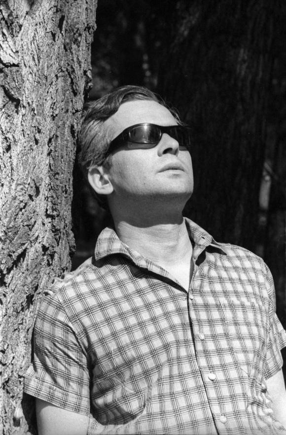 Latinovits Zoltán az Aranysárkányból sem maradhatott ki, de érdekes, hogy az akkor 35 éves, legjobb formájában lévő színész egy lerobbant öreg tanárt, Fórist alakította. Latinovits jellegzetes kalapot, napszemüveget és szakállt viselt a forgatás alatt, egyáltalán nem így nézett ki, mint ezen a képen.