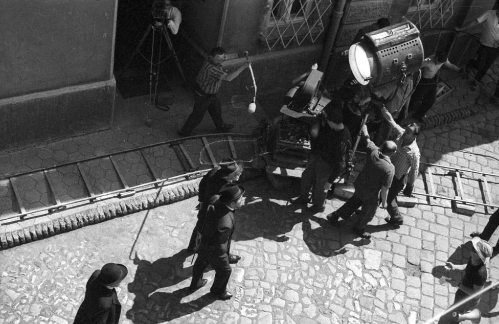 Hunyady József pályája egészen érdekes ívet ír le: kántortanítóként kezdte, majd újságíró és író lett belőle, ifjúsági regényei különösen népszerűek voltak. De közben fotózással is foglalkozott: íróként elsősorban írókat fotózott, de itt például egy híres író híres könyvéből készült híres film forgatásán készített képeket.