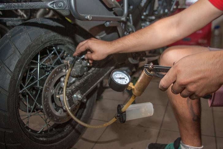 Az ABS-es motoroknál a légtelenítés elég macerás, jobb helyeken létezik ehhez célszerszám - ami egyébként a leszívást is eléggé meggyorsítja.                          Lényege, hogy egy péniszpumpához hasonlóan vákuumot csinál a légtelenítő csavarnál, és pillanatok alatt átszippantja a folyadékot a kis tartályba. A hagyományos, pumpáld-nyisd ki módszer is működik, de az összetett rendszereknél ez órákat spórolhat